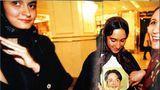 In einem Hotel in Teheran outet eine Mutter ihre Tocher 1998 als Fan des iranischen Fußballers Reza Sharoudi
