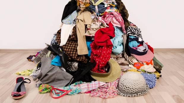 Laut KonMari-Methode werden die Kleider gestapelt