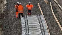 Die Deutsche Bahn hat mit der Sanierung der ICE-Strecke Hannover-Göttingen begonnen, was für Reisende in den kommenden sechs Monaten längere Fahrzeiten bedeutet.
