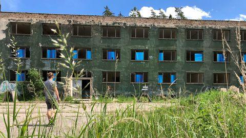 Der Bunker gehörte zu der Volksmarine der DDR und wurde Anfang derSiebzigerjahreerbaut. Nachder politischen Wende verlor er seine Bedeutung, wurde verschlossen und versiegelt. Das Bild zeigt eines der zwei Mannschaftsgebäude.