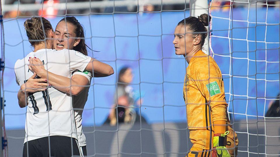 Alexandra Popp (l.)umarmt Sara Däbritz, nach dem diese hellwach den Siegtreffer gegen Spanienper Abstauber erzielt hat
