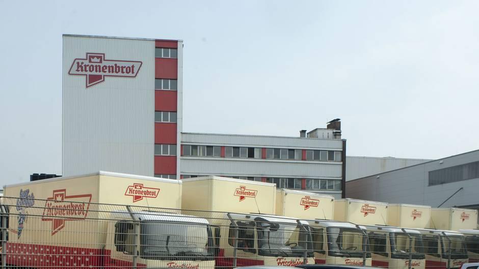 Kronenbrot (2019, 2016)  Mehr als 150 Jahre Backtradition hat Kronenbrot auf dem Buckel. 1865 ging es mit einer Landbäckerei in Würselenim Raum Aachen los. Im20. Jahrhunderts wuchs Kronenbrot zur industriellenGroßbäckerei, die heute rund 3000 Lebensmittelhändler und Großverbraucher in Nordrhein-Westfalen beliefert.Am 12. Juni 2019 musste das Unternehmen zum zweiten Mal nach 2016 Insolvenz anmelden. Der Betrieb mit rund 980 Mitarbeitern läuft vorerst weiter.