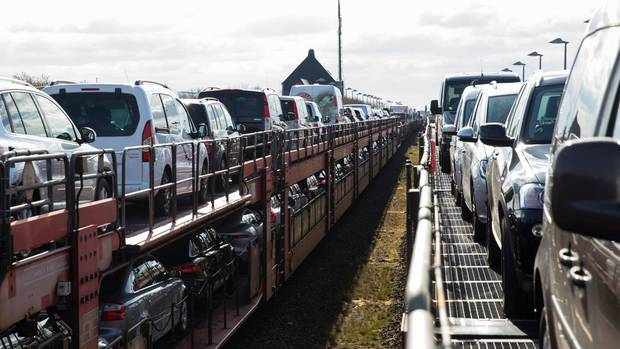 Nädelöhr Anreise nach Sylt: Zwei Autozüge der Deutschen Bahn begegnen sich in Klanxbüll