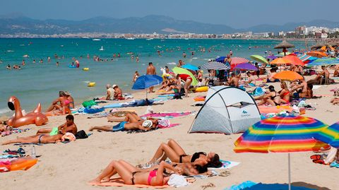 Ein Bild aus derSommersaison 2018:Touristen sonnen sich am Strand von El Arenal