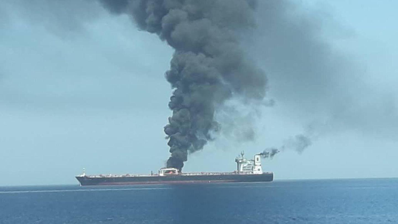 """Rauch steigt vom norwegischen Tanker """"Front Altair"""" auf"""