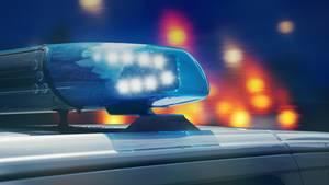 Ein Polizeiwagen mit Blaulicht bei Nacht