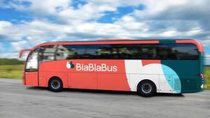 Roter Bus auf der Autobahn