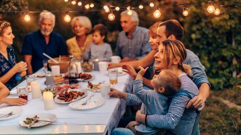 Eine Familie am Gartentisch