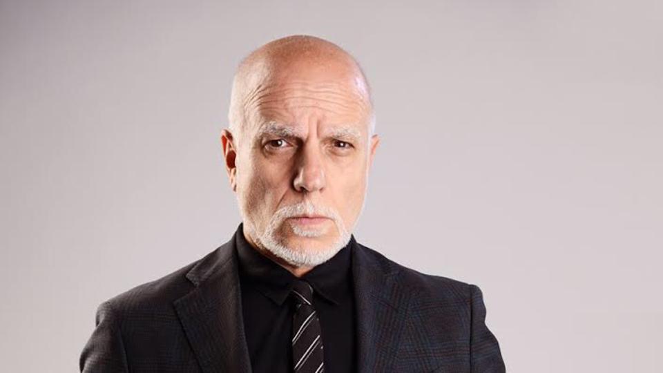 Anwalt Andreas Schulz trägt einen dunklen Anzug und guckt ernst