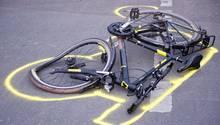 Ein zerstörtes Fahrrad liegt nach einem Unfall auf der Straße