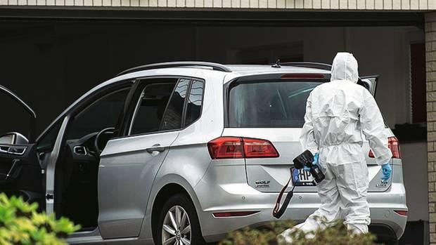 In diesem Auto fanden Feuerwehrleute Werner und Christiane H. Es stand in der Garage, der Motor lief noch.