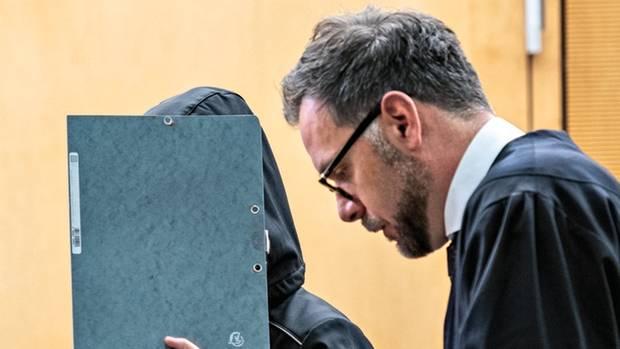 Christiane H. mit Anwalt