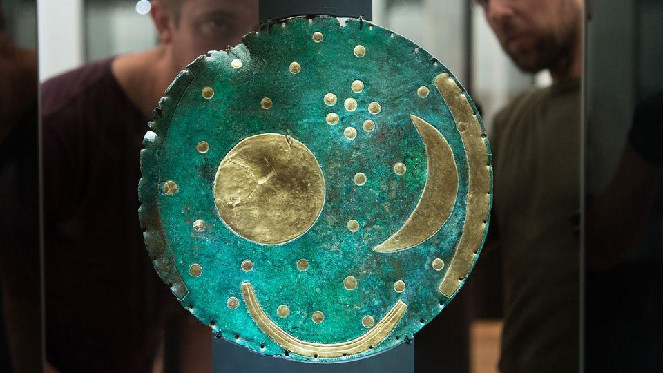 Um die Himmelsscheibe von Nebra ist ein Forscherstreit entbrannt: Stammt sie wirklich aus der Bronzezeit? Und ist sie tatsächlich der Aujentitz-Kultur zuzuordnen?