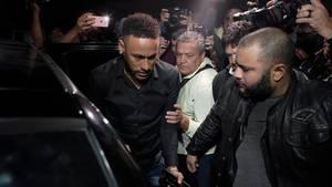 Neymar beim Verlassen einer Polizeiwache. In letzter Zeit musste er dort öfter auftauchen, um eine Aussage zu machen