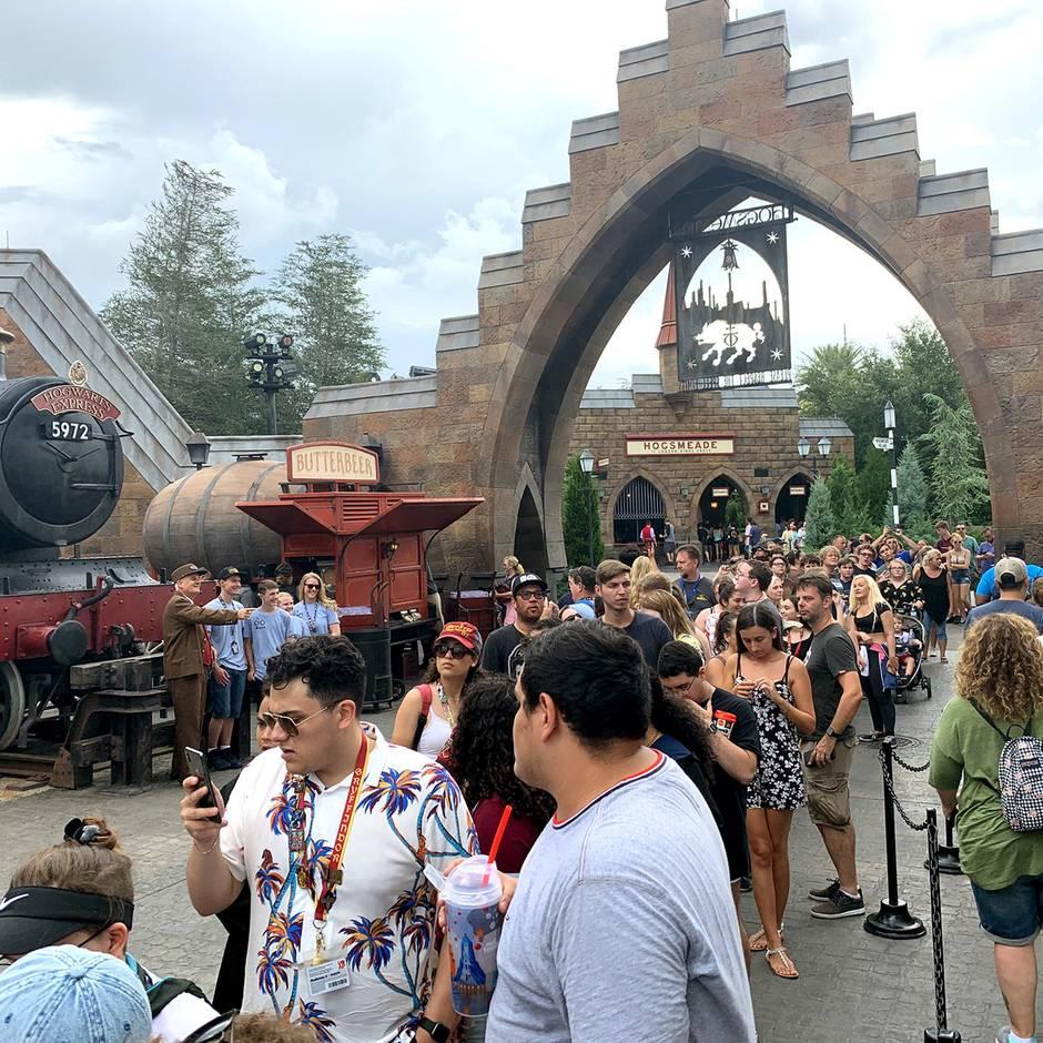 """""""Wizarding World of Harry Potter"""": Harry-Potter-Fans stehen zehn Stunden für eine Fahrt auf der neuen """"Hagrid""""-Achterbahn an"""