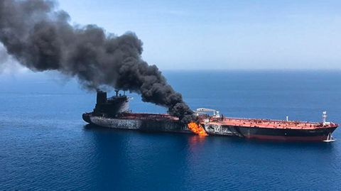 Einer der beiden angegriffenen Tanker im Golf von Oman brennt