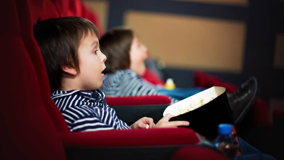 Ein Kind sitzt im Kino