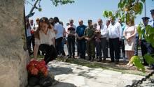 Kranzniederlegung am Gedenkstein auf dem Dulje-Pass