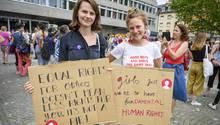 Frauen mit Plakaten
