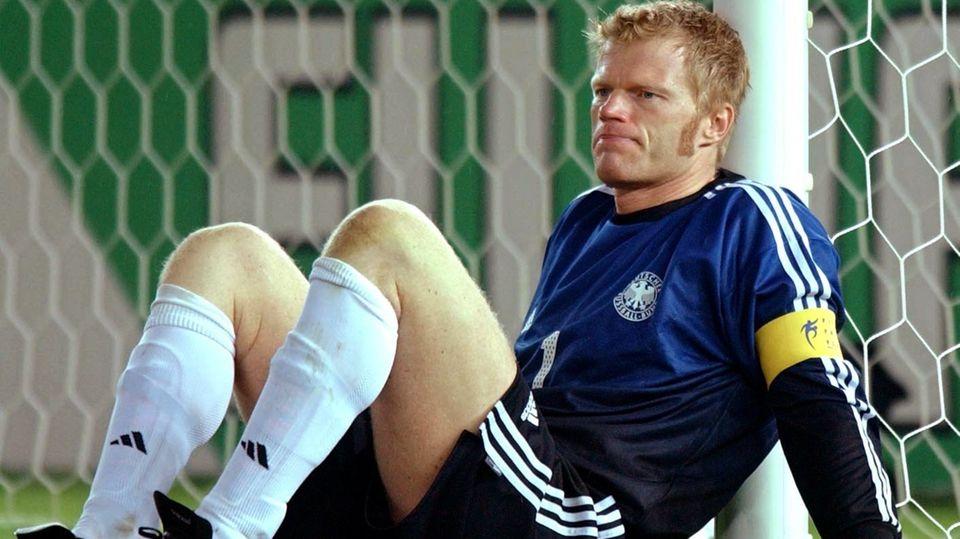 Kahn lehnt nach dem WM-Finale von Yokohama 2002 am Pfosten: Es ist der Moment seiner bittersten Niederlage, nachdem er durch einen Patzer die Niederlage gegen Brasilien eingeleitet hatte. Ehrlicherweise muss man sagen, dass auch Dietmar Hamanm vorher durch seinen dilettantischen Ballverlust vor dem eigenen Strafraum mindest genauso viel Schuld am Gegentor trägt