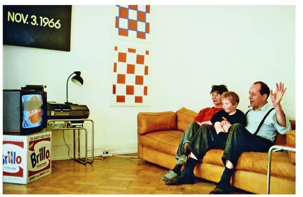 Eine der berühmten Brillo-Boxen von Andy Warhol diente bei Königs als Stellplatz für das Fernsehgerät