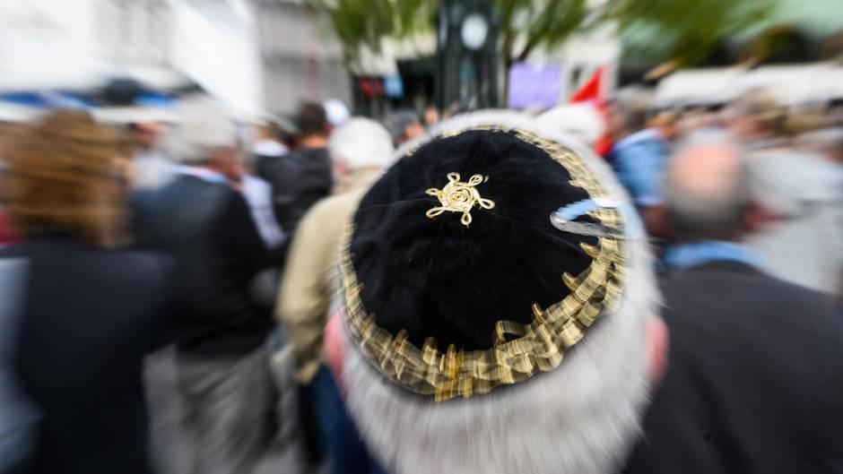 Auf einer Kundgebung in Hannover gegenAntisemitismus trägt ein Mann eine Kippa