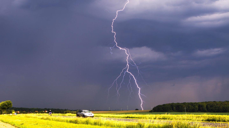 Ein Blitz zuckt am Himmel