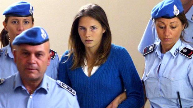 Polizeibeamte führen Amanda Knox 2008 in den Gerichtssaal