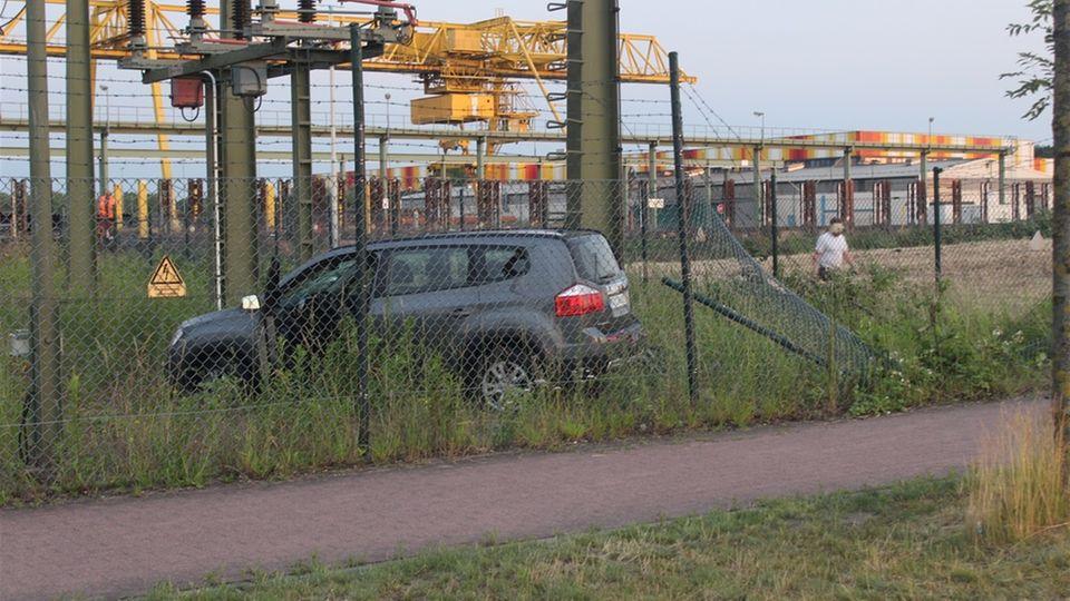Ein Auto hat in Hamm einen Trafomast gerammt