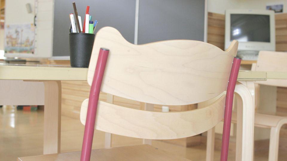 Zwangsehen: leerer Stuhl im Klassenzimmer