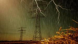 Gewitter zieht über ein Feld