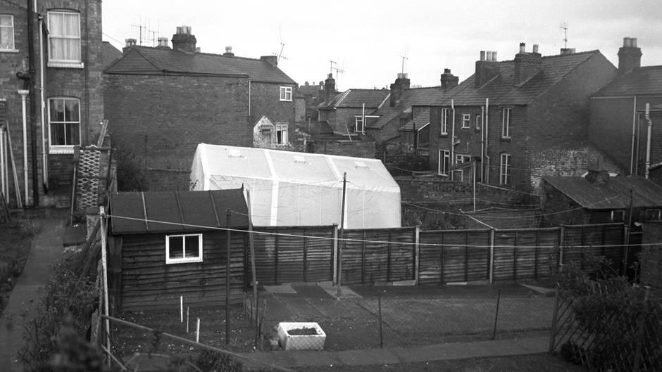 Ein Zelt verdeckt den Der Tatort in Worcester