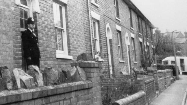 Polizist vor einem Haus in Worcester