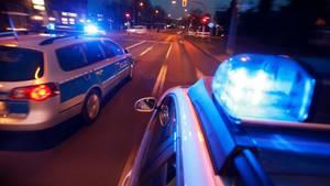 Polizeiautos fahren auf einer Straße als Symbolfoto für Nachrichten aus Deutschland