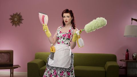 Hausfrau mit Putzmitteln