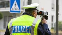 Ein Polizist beim Tempo-Messen
