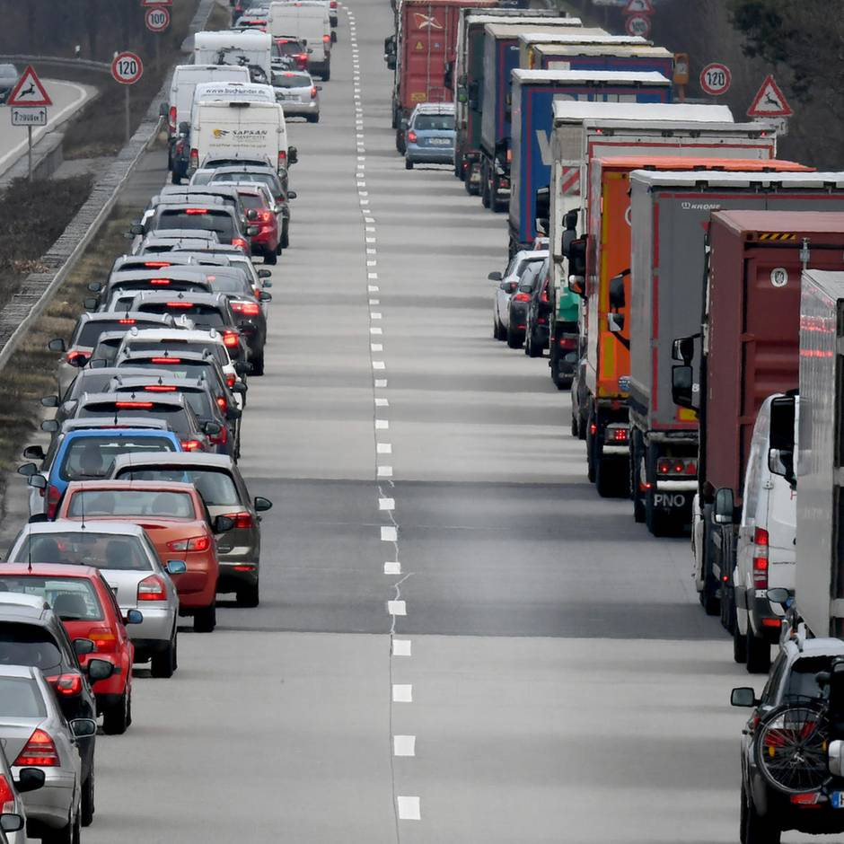 Nachrichten aus Deutschland: Autofahrer will Flug nicht verpassen und wendet in Rettungsgasse