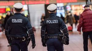 Zwei Bundespolizisten im Hamburger Hauptbahnhof als Symbolfoto für Nachrichten aus Deutschland