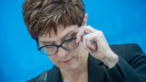Annegret Kramp-Karrenbauer fasst sich an die Brille - ungeschickter Tweet zu Görlitz