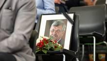 Ein gerahmtes Porträtfoto des erschossenen Kasseler Regierungspräsidenten Walter Lübcke (CDU)
