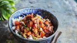Lomi Lomi Salmon - hawaiianischer Lachssalat  Für den Lachs: 300 g Lachsfilet (Sashimiqualität), Salz  Für den Reis: 200 g Sushireis (japanischer Rundkornreis), 2 EL Reisessig, 2 TL Zucker,Salz  Für die Salatsosse: 2 cm frischer Ingwer,1 Knoblauchzehe,60 ml Sojasoße, 2 EL Reisessig,1 EL Mirin (Reiswein),½ EL Zucker, 1 EL geröstetes Sesamöl  Für den Salat:4 Tomaten,2 Frühlingszwiebeln,2 rote Zwiebeln      Zubereitung:  Für den Lachs am Tag zuvor das Lachsfilet abwaschen, gut trocken tupfen und mit 2 TL Salz rundherum einreiben. In Frischhaltefolie wickeln und 24 Stunden im Kühlschrank ruhen lassen.      In der Zwischenzeit den Reis, wie auf Seite 34 beschrieben, zubereiten. Für die Soße den Ingwer schälen, waschen und fein reiben, den Knoblauch schälen und fein hacken. Ingwer, Knoblauch, Sojasoße, Essig, Mirin und Zucker in eine Schale geben und verrühren, bis sich der Zucker aufgelöst hat. Das Öl dazugeben und verrühren.      Für den Salat die Tomaten waschen, vierteln, Kerne und Stielansatz entfernen, dann das Fruchtfleisch in kleine Würfel schneiden. Die Frühlingszwiebeln putzen, waschen und in feine Ringe schneiden. Die Zwiebeln schälen und fein würfeln.      Den Lachs mit kaltem Wasser abwaschen, gut trocken tupfen und in ca. 1 cm große Würfel schneiden. Tomate, Frühlingszwiebeln, Zwiebeln und Lachs in einer Schüssel mit der Soße vermischen, abdecken und 5 Minuten in das Eisfach stellen. Das Nori-Blatt halbieren, übereinanderlegen und in feine Streifen schneiden. Den Reis auf zwei Salatschalen verteilen, den Lachssalat darauf anrichten, mit den Nori-Streifen bestreuen und sofort servieren.
