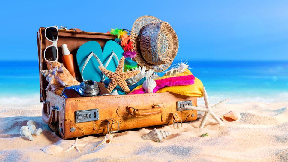Mit der Sommerurlaub Packliste Koffer packen