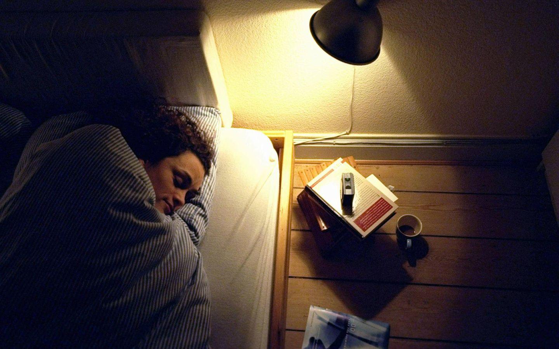 Junge Frau schläft bei Kunstlicht