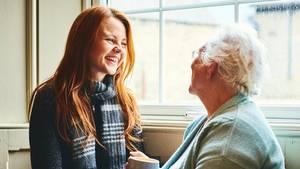 Ältere Dame und junge Frau lachen zusammen