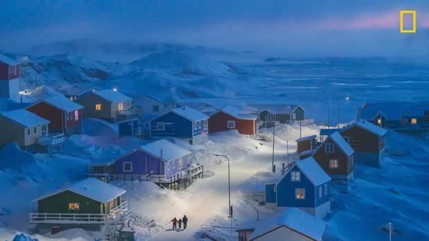 """Kategorie Stadt, 1. Platz:Das Siegerbild """"Winter in Grönland""""  Das beste Foto des WettbewerbsNational Geographic Travel Photographer of the Year. Es entstand in Upernavik in Westgrönland.  https://yourshot.nationalgeographic.com/photos/13680531/"""