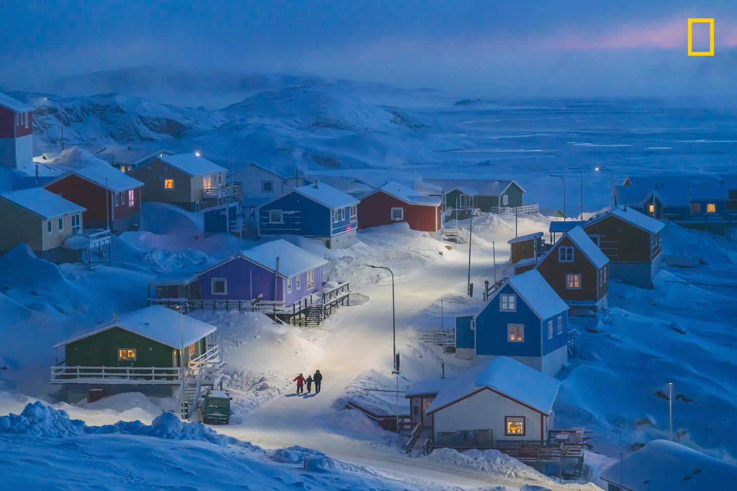 "Kategorie Stadt, 1. Platz:  Das Siegerbild ""Winter in Grönland""  Das beste Foto des Wettbewerbs National Geographic Travel Photographer of the Year. Es entstand in Upernavik in Westgrönland.  https://yourshot.nationalgeographic.com/photos/13680531/"