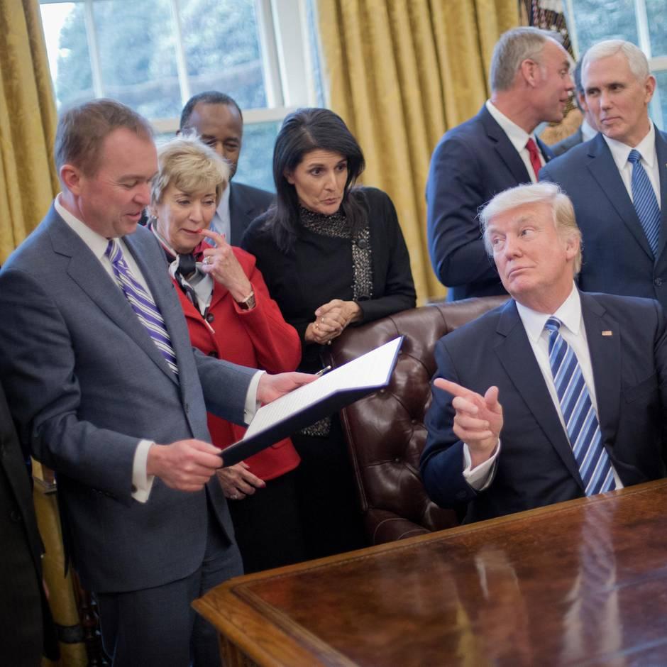 Mitten im Interview: Trump rügt seinen Stabschef. Sein Vergehen: Er hat gehustet