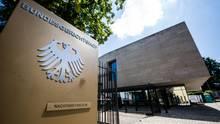 Der Eingang zum Bundesgerichtshof (BGH) in Karlsruhe. Nach Hinweisen auf einen rechtsextremen Hintergrund übernimmt der Generalbundesanwalt die Ermittlungen im Fall des erschossenen Kasseler Regierungspräsidenten Walter Lübcke.