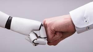 Fist Bump von Mensch und Roboter