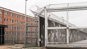 Schleswig-Holstein, Lübeck: Ein Zellentrakt und Sicherungsanlagen auf dem Gelände der Justizvollzugsanstalt (JVA)